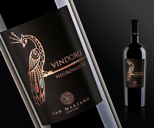 Sản phẩm Vang Vindoro Negroamaro đi kèm với hộp da cực kỳ sang trạng và túi xách bên ngoài chính hãng. Sản phẩm có hình dáng và chất lượng tuyệt vời
